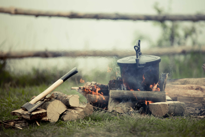 kociołek ognisko siekiera
