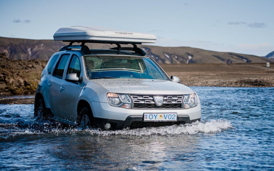 Islandia własnym samochodem, Dacia Duster pływa w rzece