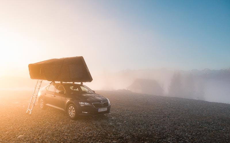 samochód, mgła, wschód słońca, ikamper, namiot dachowy, kawa w krzakach