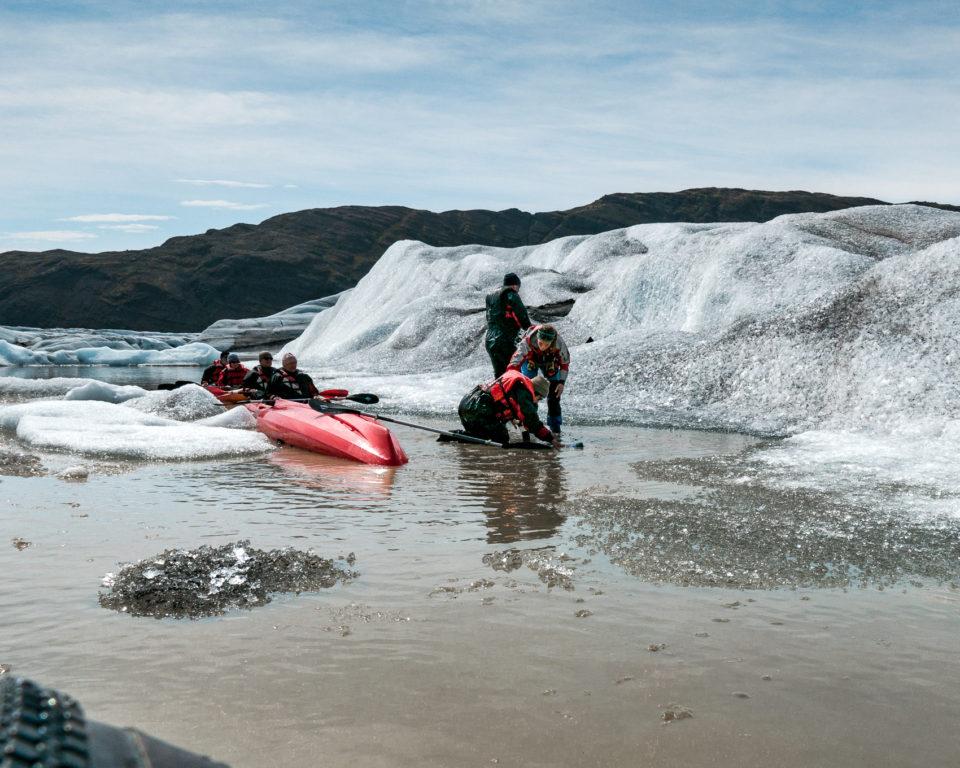 południe Islandii - wywrotka w czasie przepływania między dwiema górami lodowymi