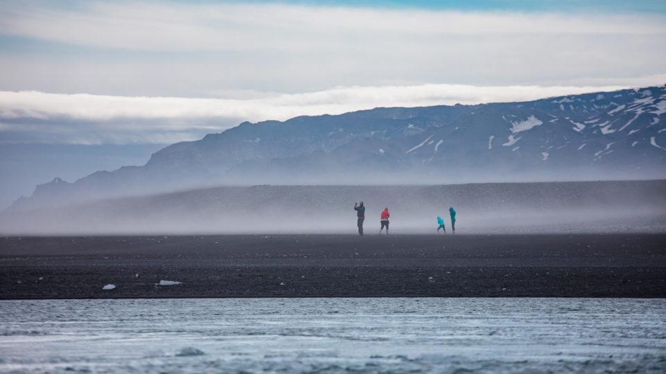 południe Islandii - wiatr na plaży diamentowej
