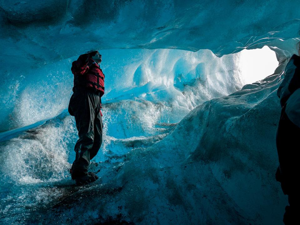 południe Islandii - jaskinia w dryfującej, po lagunie, górze lodowej