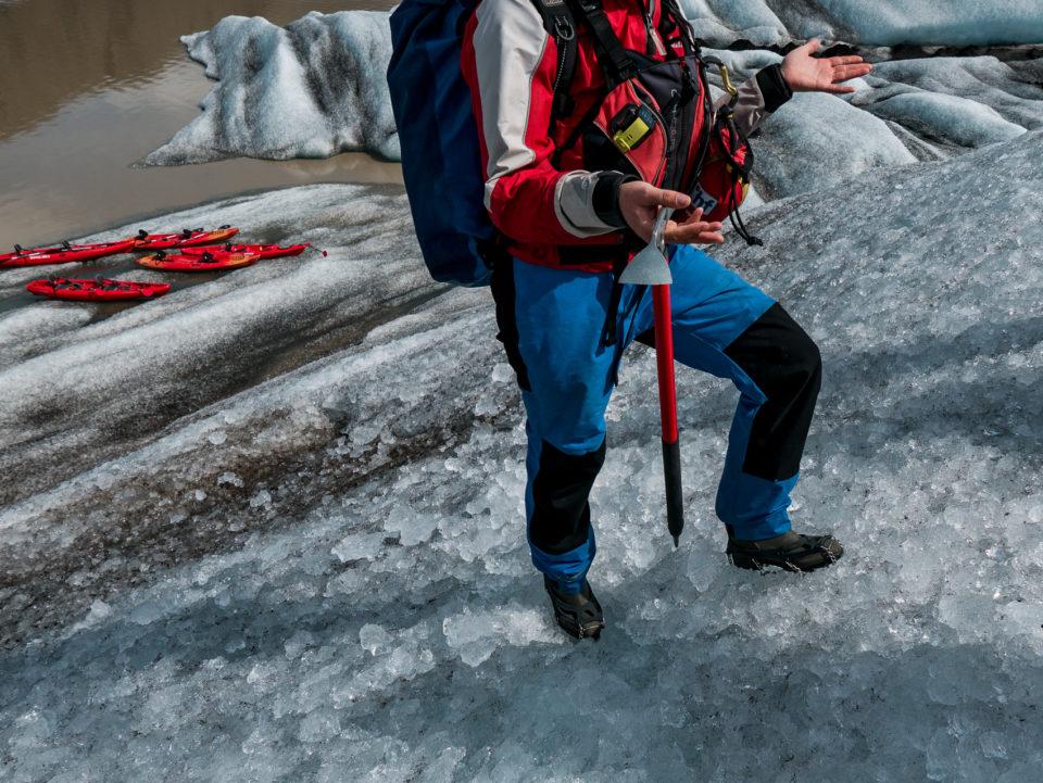 południe Islandii - spacer po lodowcu, konkretnie po górze lodowej dryfującej w zatoce
