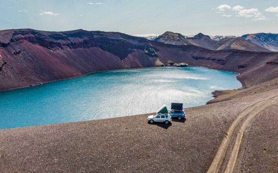 samochodem po Islandii. W tym przypadku po szutrach na szczycie krateru wulkanicznego