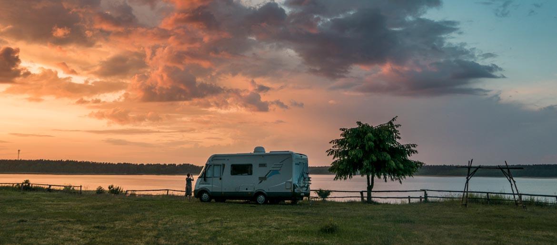 kamper zachód słońca jezioro drzewo chmury, kawa w krzakach, wakacje kamperem, wypożyczenie kampera, wynajem kampera