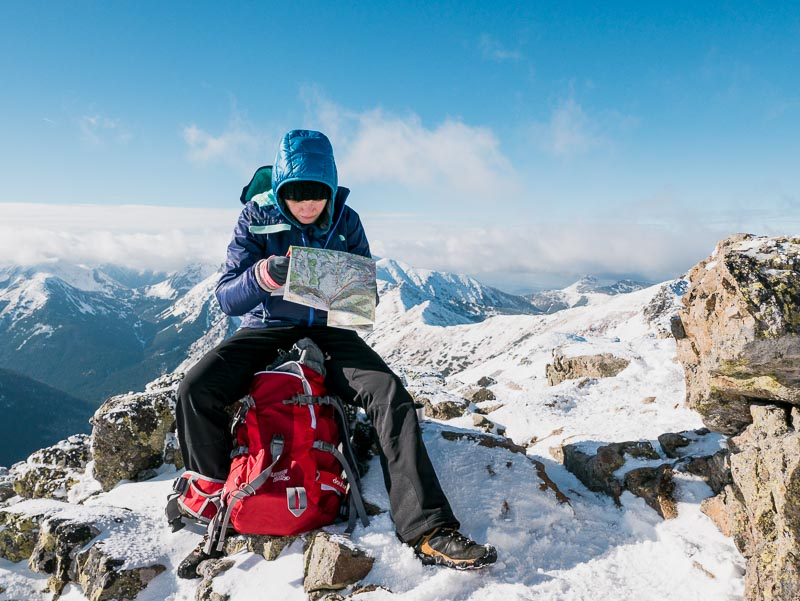plecak góry turysta mapa śnieg trekking