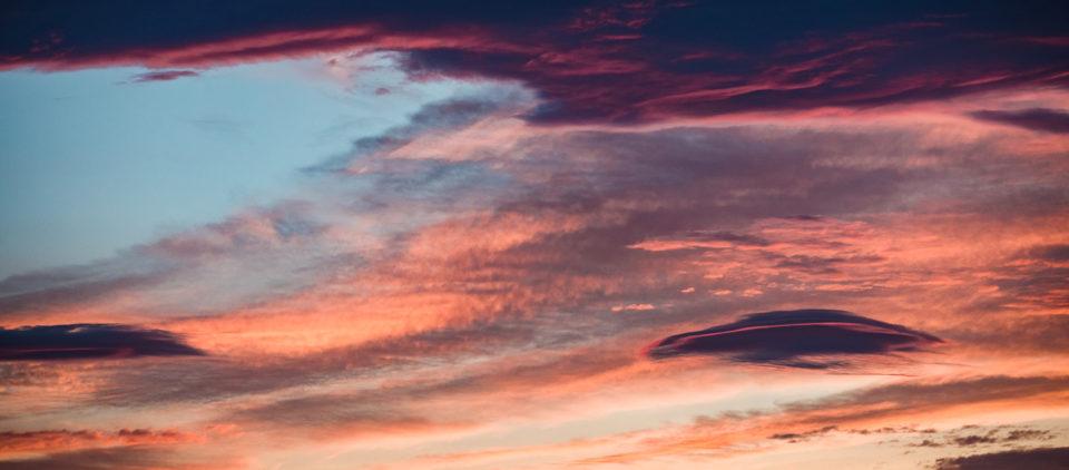 niebo zachodzącego i wschodzącego od razu słońca