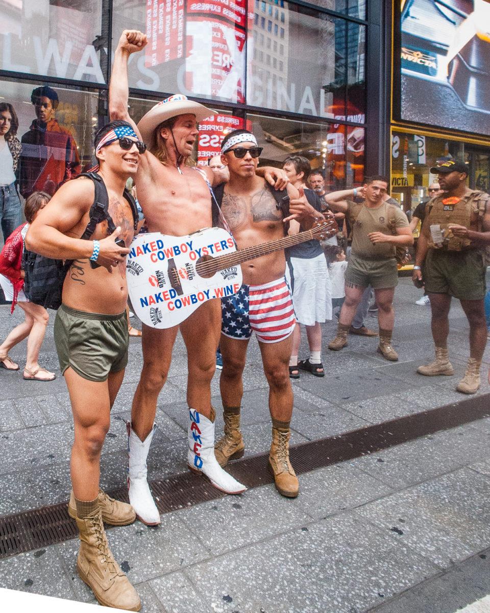 protest żołnierzy oraz legendarna postać Naked Cowboy